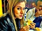 Adriana sai da dieta e devora hambúrguer: 'Só hoje, vai!'
