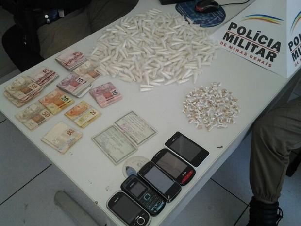 Material foi encontrado no bairro Alto do Iguaçu (Foto: Geraldo Irineu / Inter TV dos Vales)