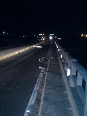 Vítima foi atingida enquanto pedalava na BR-116 (Foto: PRF-RS/Divulgação)