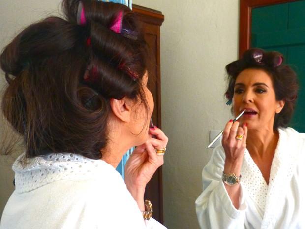 A própria Fátima faz questão de finalizar a make (Foto: Encontro com Fátima Bernardes/TV Globo)