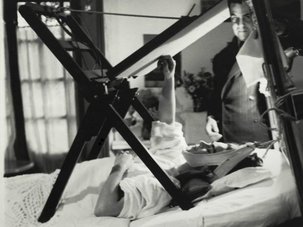 Frida pintando na sua cama,  Anônimo (1940) (Foto: MON / Divulgação)