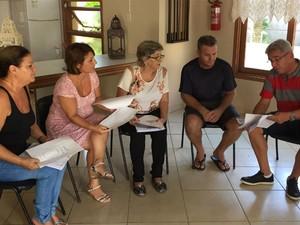 Moradores de Capão Novo discutem em reunião situação (Foto: Giovani Grizotti/RBS TV)