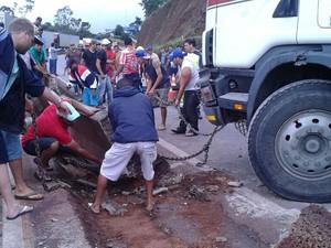 Parte de mureta precisou ser derrubada (Foto: Polícia Rodoviária Federal / Divulgação)