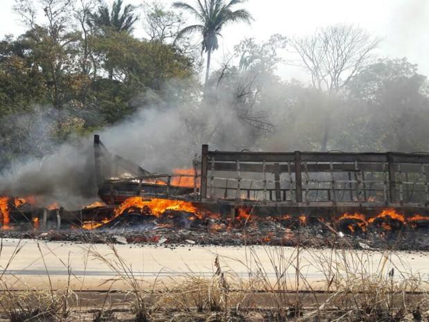 Carreta carregada com açúcar pegou fogo em rodovia de MT (Foto: Divulgação/PRF)