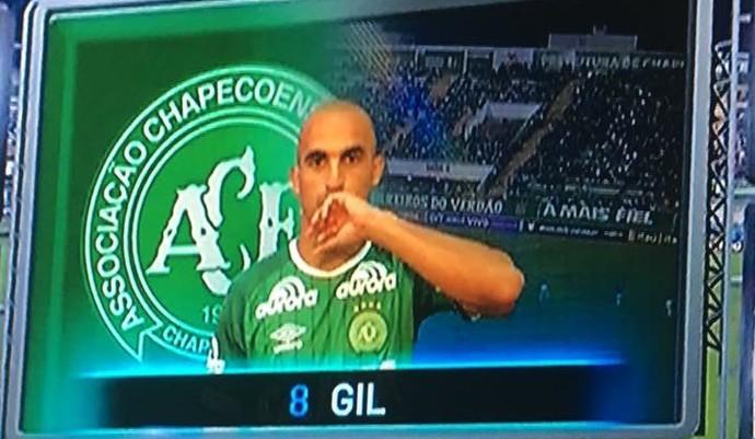 Gil Chapecoense beija Aliança (Foto: GloboEsporte.com)