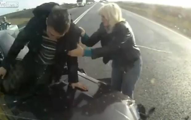 Homem sai ileso e andando do acidente e, de acordo com informações, carona no banco de trás também sobreviveu (Foto: Reprodução)