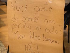 Cartazes foram colocados em shopping após atitude de segurança (Foto: Ana Steil)
