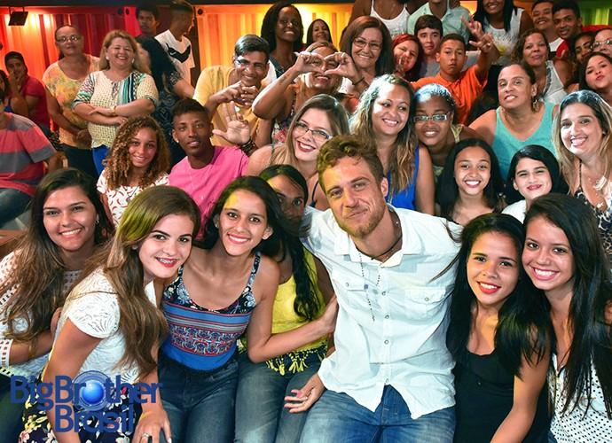 Daniel, do BBB16, posa ao lado da plateia após Eliminação (Foto: Leonardo Simplício/TV Globo)