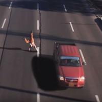 Vídeo de homem que cruza via perigosa sem sofrer nada é real? (Rede Globo)