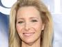 Lisa Kudrow, a Phoebe de 'Friends', chama atenção com rugas no pescoço