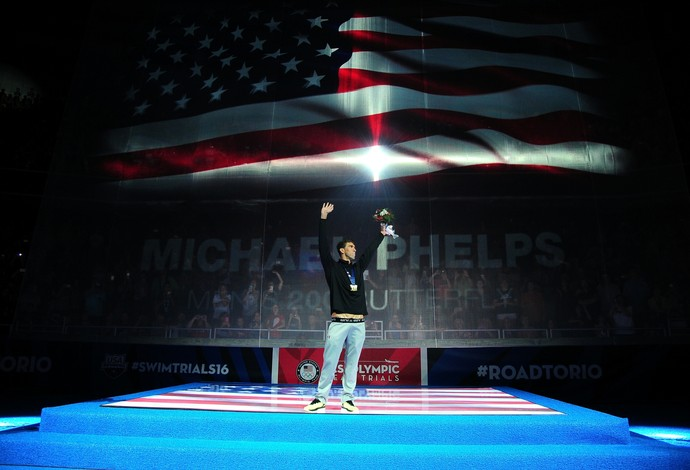 Michael Phelps recebe a medalha de ouro na seletiva olímpica de Omaha (Foto: Jeff Curry / Getty Images)