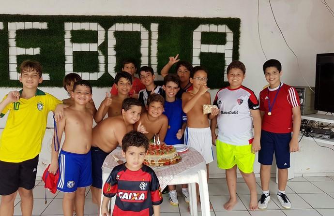 Gustavo e amigos  comemorando o aniversário    (Foto: Arquivo Pessoal )