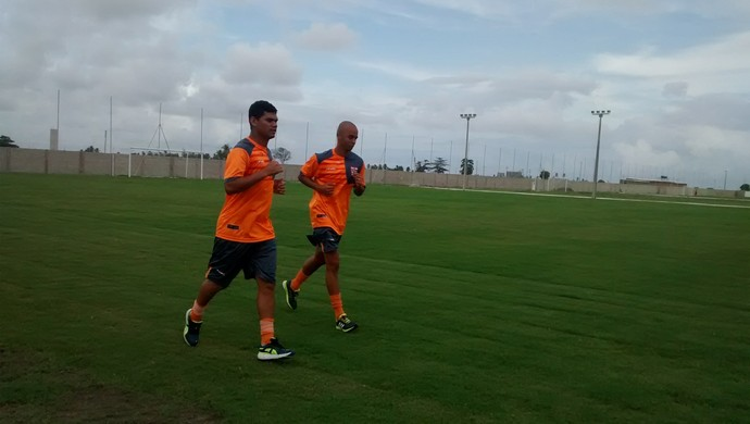 Dakson e Marcelo Santos fazem trabalho físico leve no CT do CRB (Foto: Denison Roma/GloboEsporte.com)