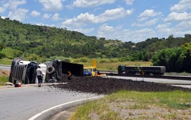 Carreta carregada com pneu triturado tomba na Fernão Dias em Lavras (Foto: Polícia Rodoviária Federal)