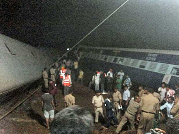 Trem descarrilou no estado de Madhya Pradesh (Foto: ANI / Handout via Reuters)