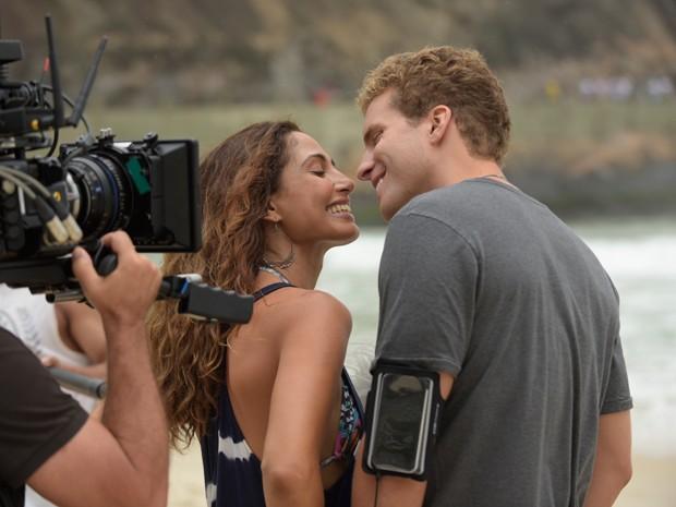 Camila Pitanga grava de shortinho em praia do Rio, com Thiago Fragoso  (Foto: Raphael Dias / Gshow)