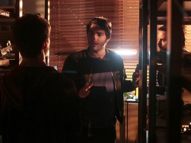 Davi fica chocado com revelação (Foto: Artur Meninea/TV Globo)