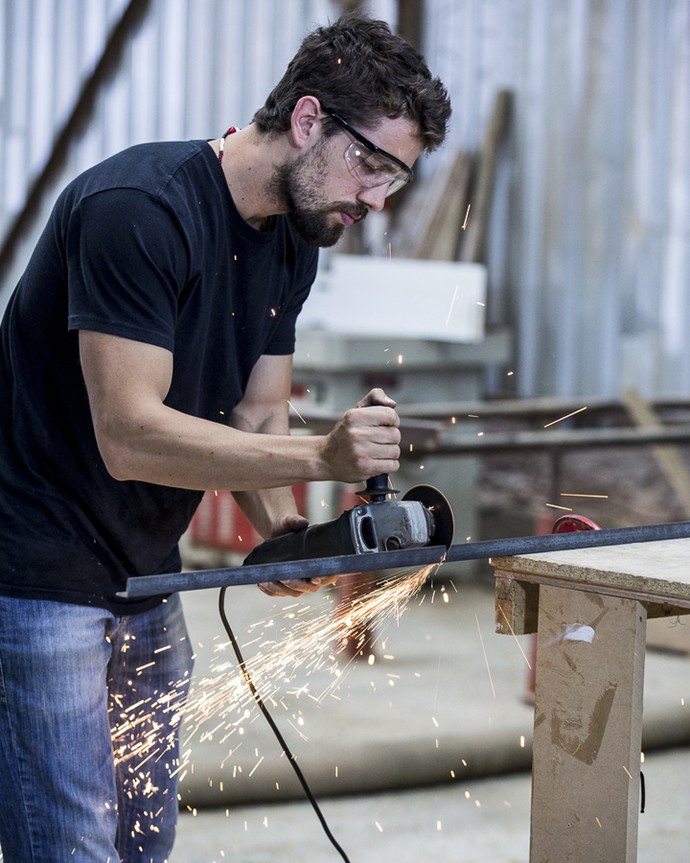 Rafael Cardoso corta uma barra de ferro para a sua criação (Foto: Ellen Soares/Gshow)