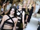 Kendall Jenner desfila com parte dos seios à mostra em Paris