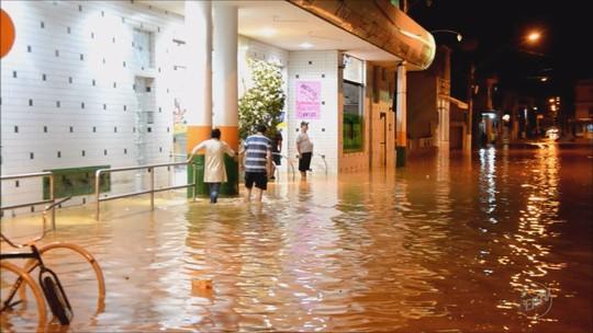 Chuva faz ribeirão transbordar e gera prejuízos para moradores de Itajubá