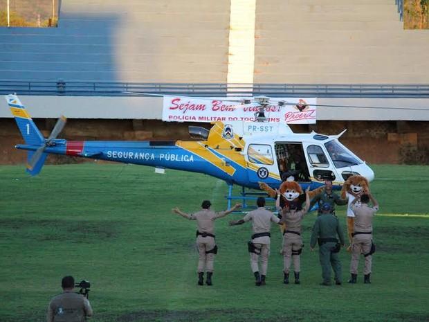 Mascotes do Proerd chegam de helicóptero a cerimônia (Foto: PM/ Divulgação )