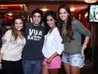 De shortinho, Bruna Marquezine se diverte com amigas no Rio