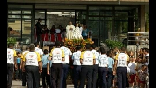 Católicos homenageiam N. Senhora de Nazaré em em pequena procissão, neste sábado