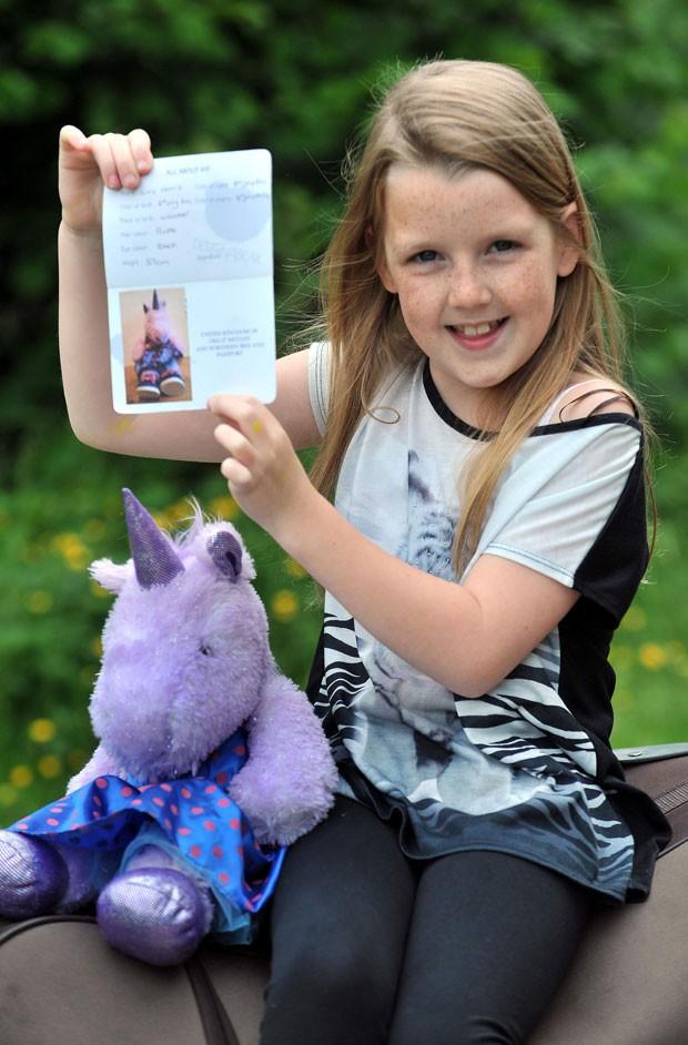Emily Garris, de 9 anos, conseguiu entrar na Turquia com um passaporte que a identificava como um unicórnio de brinquedo (Foto: Caters News Agency)