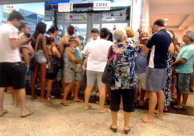 Últimos minutos de apostas na Mega da Virada foi de fila em lotérica de São Vicente, SP (Foto: Lincoln Chaves/G1)