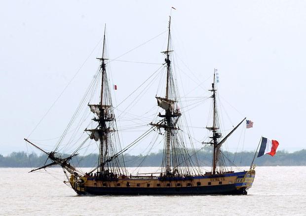 A fragata Hermione, que imita uma embarcação de mesmo nome do século 18 (Foto: Jean-Pierre Muller/AFP)