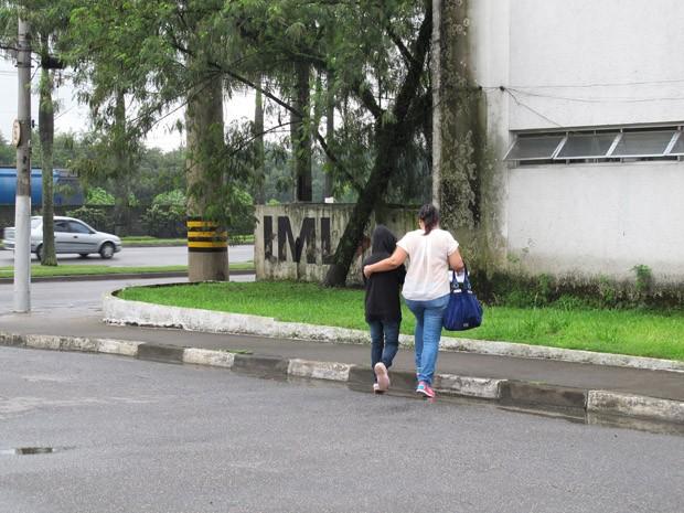 Menor passou por exame de corpo de delito no IML de Santos (Foto: Mariane Rossi/G1)