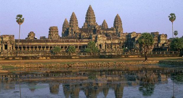 Se há só um lugar para escolher no mundo, a editora sugere a região de Angkor, no Cambojam. As ruínas dos templos hindus erguidos entre os séculos 9 e 15 ainda permanecem lá, formando uma das melhores paisagens do mundo (Foto: BBC)