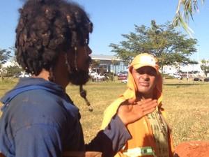 Marcelo chama o gari Nivaldo de 'papai' em Goiânia, Goiás (Foto: Paula Resende/ G1)