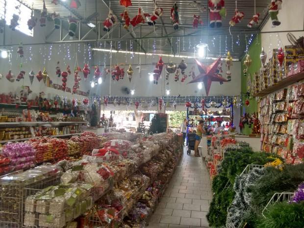 1fad46471 Muitas lojas já colocaram a decoração natalina e também produtos à venda  (Foto: Zana