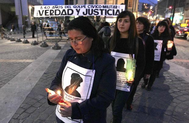 Parentes de vítimas da ditadura lembram os 40 anos do golpe, na noite desta quinta-feira (5), em Valparaiso, no Chile (Foto: Eliseo Gonzalez)