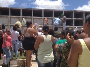 Sepultamento ocorreu em Camaçari, na região metropolitana (Foto: Juliana Almirante / G1)