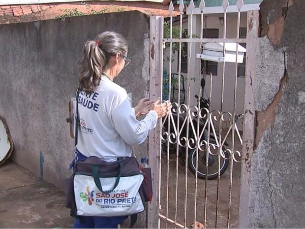 Agente visita casa em Rio Preto para combater a dengue (Foto: Reprodução / TV TEM)
