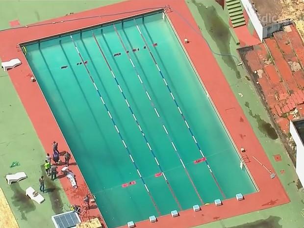 Jogador tem o corpo retirado do fundo de piscina da Portuguesa em São Paulo (Foto: Reprodução/GloboNews)