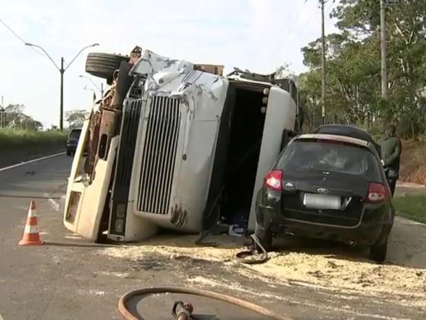 Acidente entre caminhão e Kombi em Bauru (Foto: Reprodução/TV TEM)