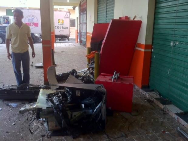 Caixa eletrônico ficou completamente destruído após explosão na Zona Norte de Manaus (Foto: Ana Graziela Maia/G1 AM)