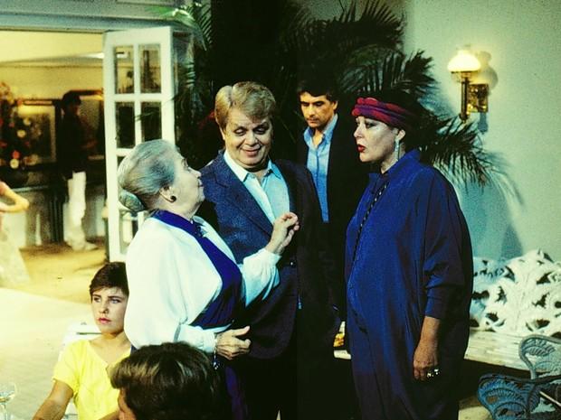 Dona Biloca (Norma Geraldy), Gugu (Cláudio Corrêa e Castro), Tetê (Marilu Bueno) em A Gata Comeu