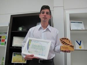 Ele recebeu o trófeu e o certificado durante ceromônia em São Paulo (Foto: Mariane Rossi/G1)