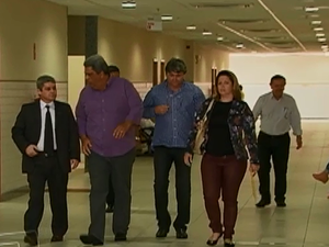 Vereadores acompanhados do advogado Saulo Amazonas (à esqueda). (Foto: Reprodução/ TV Asa Branca)