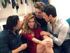 Alinne Moraes posa rodeada de homens e brinca: 'Umas com tanto'