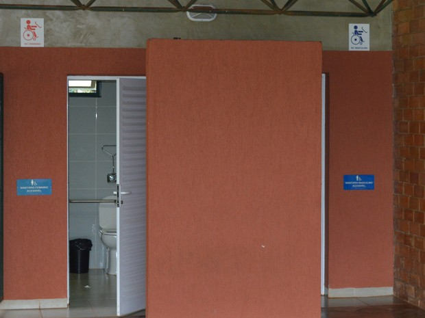 Banheiros adaptados para pessoas com deficiência no campus da UCDB em Campo Grande (Foto: Anderson Viegas/G1 MS)