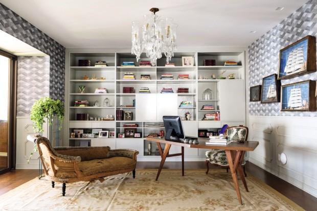 Sala de TV que foi transformada em escritório (Foto: Edu Castello / Editora Globo)