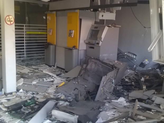Agência ficou destruída por conta da explosão dos criminosos (Foto: Eder Calegari/RBSTV)