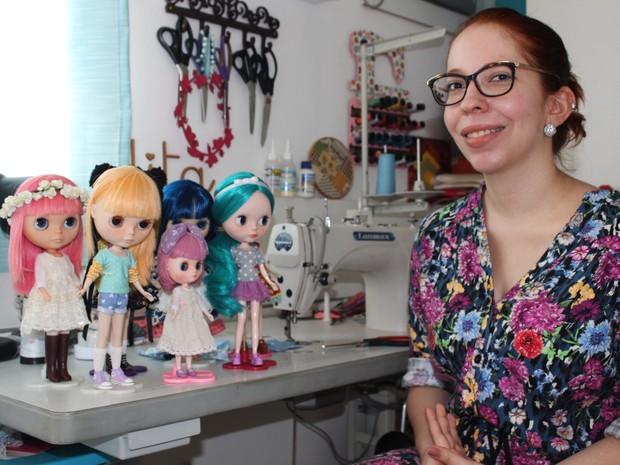 Neila Silveira, 30 anos, mantém coleção com 10 bonecas Blythes  (Foto: Patrícia Andrade/G1)