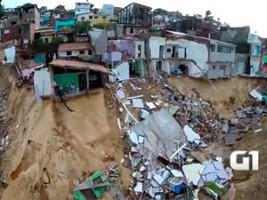 Imagens feitas com o drone mostram a detruição que as chuvas causaram em Mãe Luíza (Foto: Gabriel Azevedo/Drone Mídia )