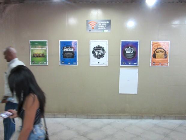 Cartazes fixados em parede da Estação Central, em Brasília, nesta segunda-feira (26) (Foto: Alexandre Bastos/G1)
